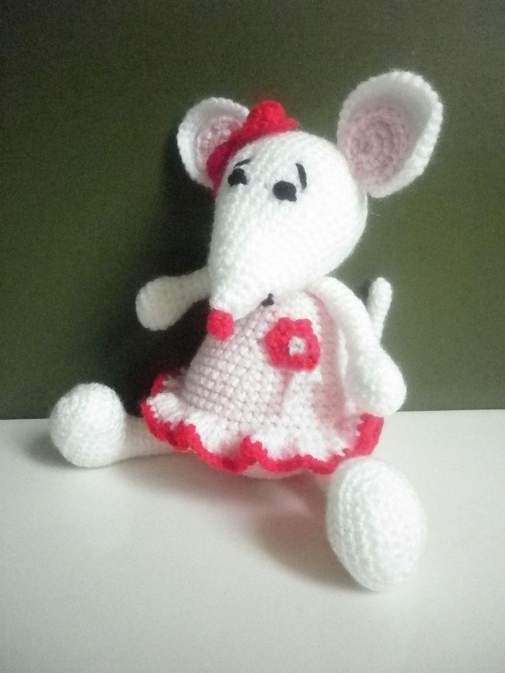 Háčkovaná myška Majka - hračky na zakázku Do rodiny větších háčkovaných hraček přibyla myška háčkovaná podle popisu od Kamlin. Je háčkovaná z dětské akrylové příze, vycpaná je dutým protialergickým vláknem. Neobsahuje žádné malé části, které by mohly být nejmenším dětem nebezpečné. Výška myšky je 23 cm. Výrobek lze šetrným způsobem prát do teploty ...