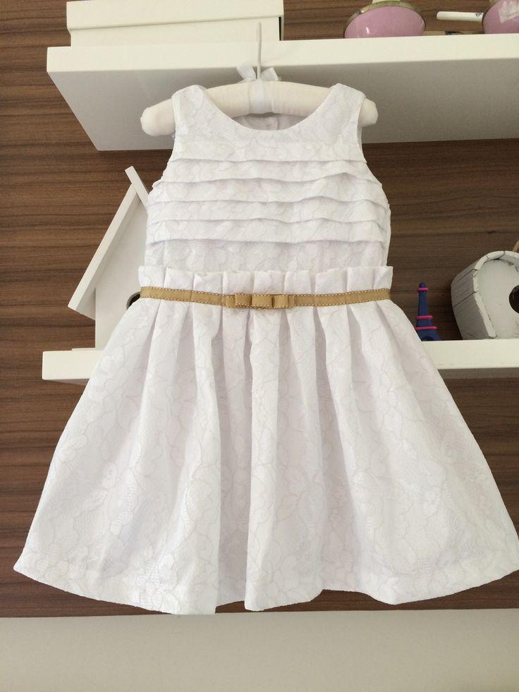 Vestido em renda branca forrada. <br>Tamanho: 1 a 6 anos <br>Com detalhes em gorgorão dourado com pesponto branco. <br>Perfeito para festinhas e batizados.