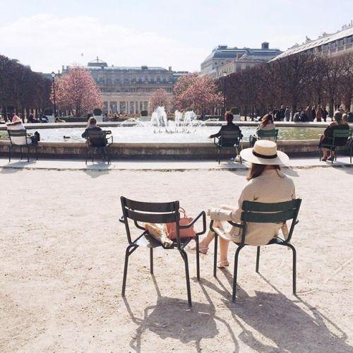 Palais Royal + demoiselle au chapeau