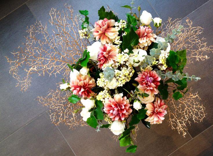 """Net binnen: de (herfst-) bloemen en takken van SilkKa! Wij hebben onze creativiteit losgelaten op dit boeket: witte roosjes, dahlia's, eucalyptusblad, geraniumblad, wit-groene bessentakjes en decoratieblad """"koraal koper"""". Wanneer kom jijje boeket samenstellen?"""