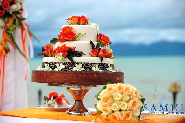 The wedding cake is the focus of most of wedding receptions. It is also one of the foci for wedding photographs. Normally, the factors we need to consider when choosing a wedding cake are the size of it, the design or the outlook of the cake, and the flavors.