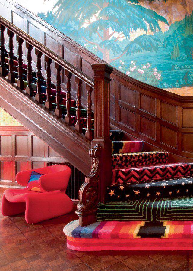 Ici, les pans de murs sont exploités au maximum avec une fresque ultra colorée et chacune des marches de ce majestueux escalier en bois est habillée d'une moquette différente, de préférence à motifs et ultra-colorée également.