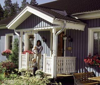 Älvsbyhus med farstukvist byggt med S2-spjäla och svarvade bropelare
