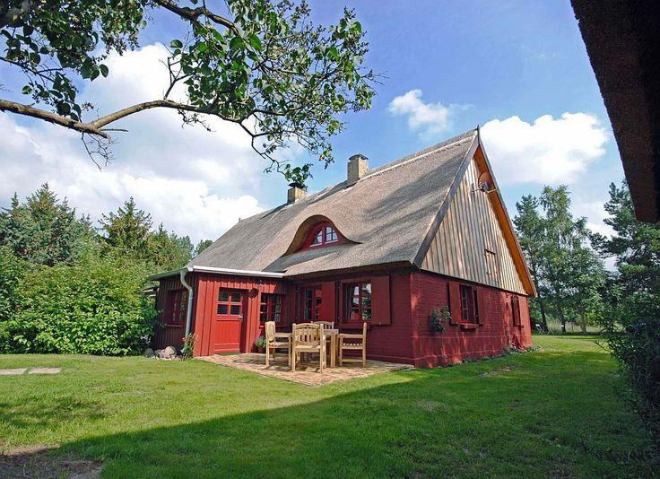 Case la țară, dar cu interioare moderne și colorate