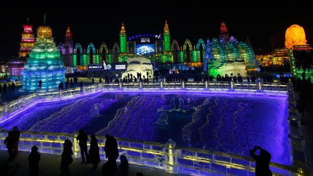 Un adevarat oras din gheata a fost construit la Harbin, unde se desfasoara cea de-a 30-a editie a Festivalului Ghetii si al Sculpturilor in Zapada.