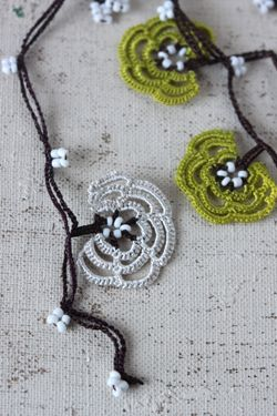 oya crochet motif - would be fun to string with fairy lights.bella idea senza schema ma facile, giapponese