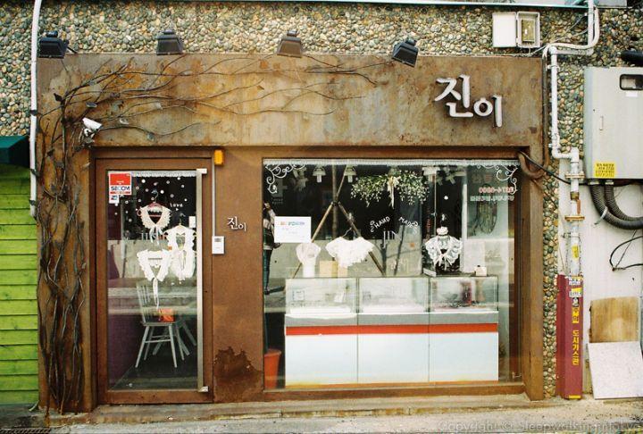 Cute little boutique at Daehak-ro, Seoul