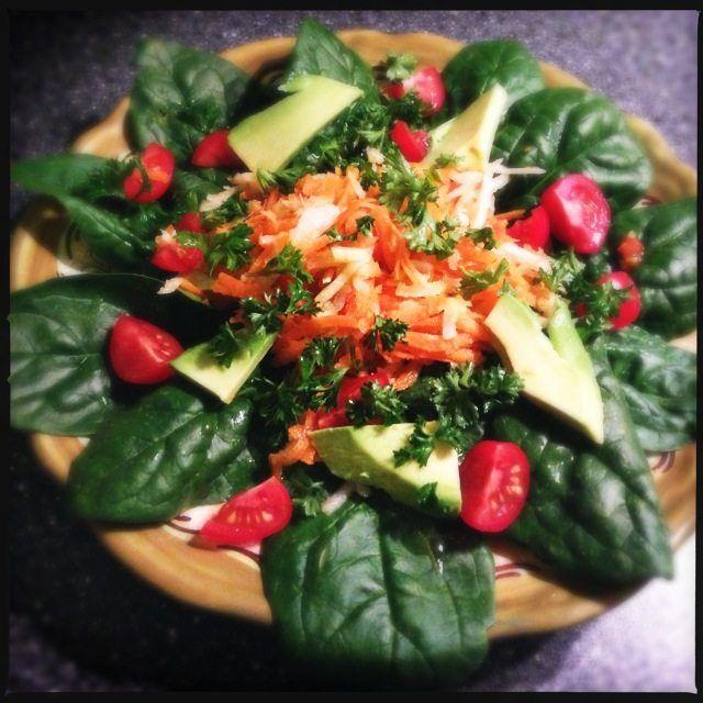 Recept voor een detox salade met spinazie, wortel, bleekselderij, avocado en chiazaad.