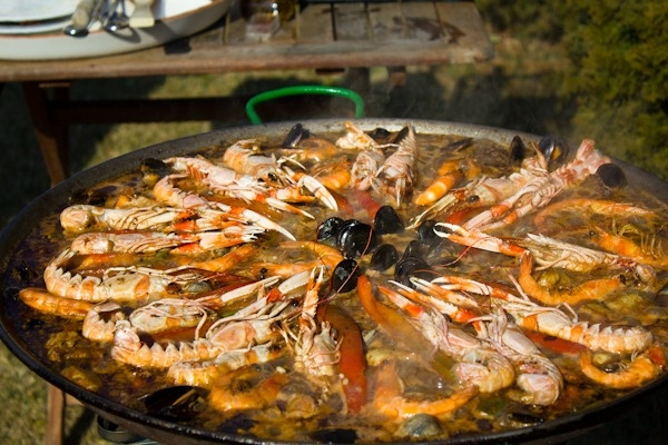 An authentic Spanish paella - how good does this look?! And if you want to see how it's made, click here: www.bitesofpleasu...