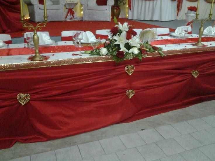d coration de mariage en blanc rouge et or table d 39 honneur nappe blanche en tissu jupon. Black Bedroom Furniture Sets. Home Design Ideas
