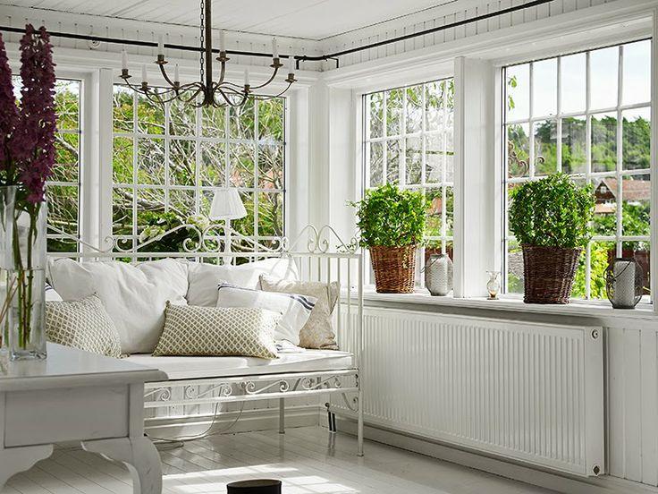 Minty Inspirations: Biały, drewniany domek