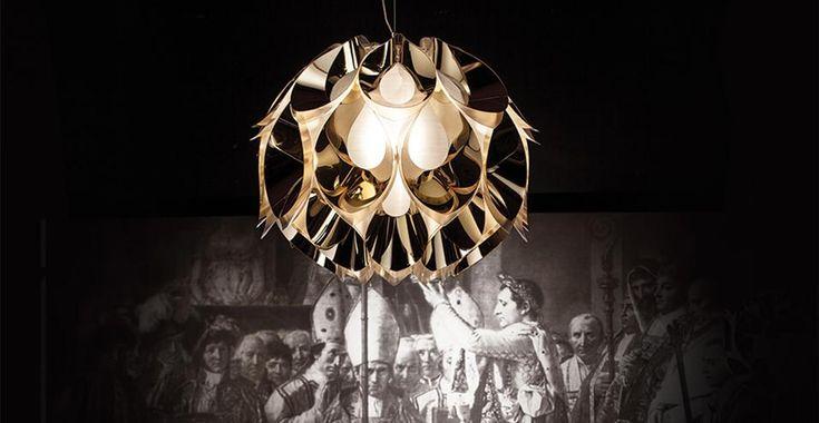 La sospensione nella versione Goldflex® della lampada disegnata dal designer Zanini De Zanine.