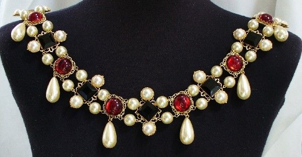 A recreation of the necklace worn by Elizabeth I in her coronation portrait.