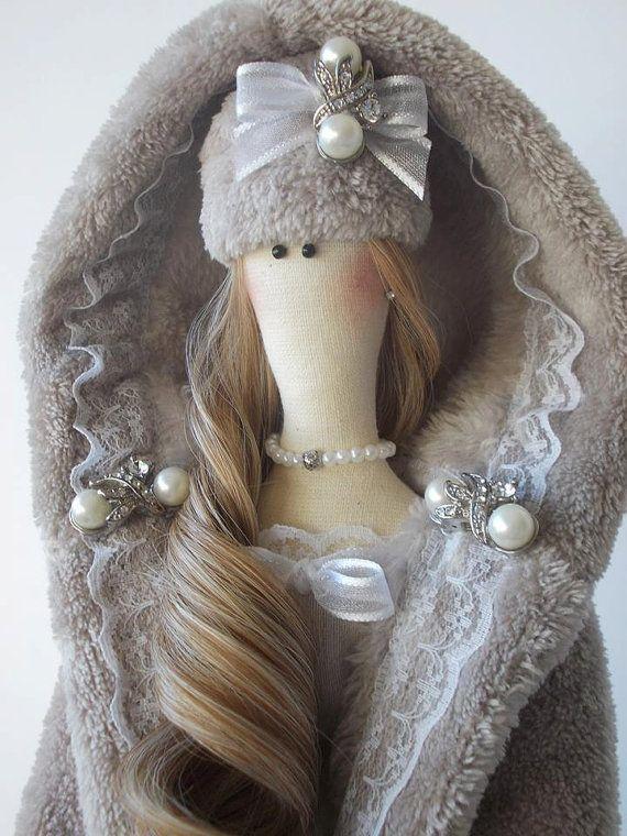 Tilda Bella est la grande dame de 25 pouces (65 cm).  Elle est en coton, lin et dentelle. Quelle portait la robe de lin et de pelage doux en
