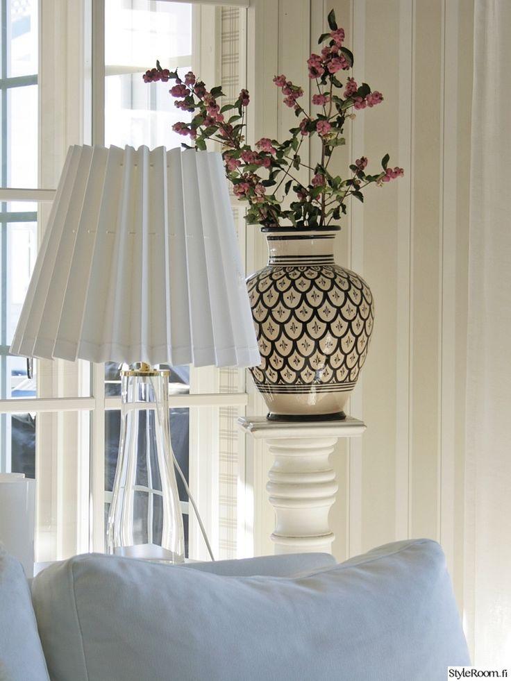 """Käyttäjän """"Peltoharju"""" läpinäkyvä lampunjalka lisää valon tuntua huoneessa. #styleroom #inspiroivakoti #valaisin"""