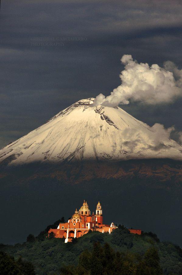 Popocatepetl como fondo de la iglesia de los Remedios,  en San Pedro de Cholula, Puebla, Mexico