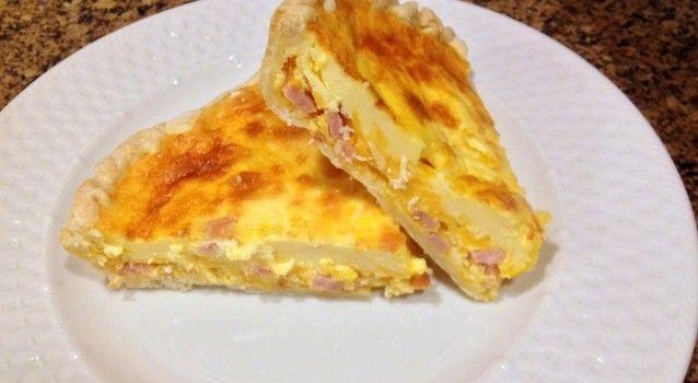 Μια πανεύκολη συνταγή για αρχάριους, για μια υπέροχη πίτα με μπέϊκον, τυρί τσένταρ και τραγανό φύλλο σφολιάτας. Τόσο απλή, τόσο εύκολη στη παρασκευή της, τόσο λαχταριστή και νόστιμη στη γεύση της.  Υλικά συνταγής  4 αυγά  1 φλ. τσαγιού