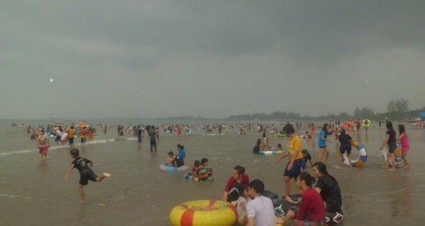 Berenang Sambil Menikmati Sunset di Pantai Zakat - kupasbengkulu.com