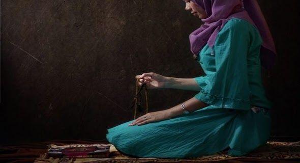 Saat Haid Bolehkan Berzikir? AkuIslam.Id - Saat haid para muslimah diharamkan untuk melakukan shalat puasa serta membaca Alquran. Lalu bagaimana jika ingin berzikir sementara lafad zikir kebanyakan berasal dari lafad Alquran? Berikut uraian selengkapnya.  Ilustrasi Wanita Sedang Haid Berzikir ( Foto@U-Report )  Banyak yang bertanya ketika seorang muslimah datang masa haid apakah diperbolehkan berzikir. Sedangkan seseorang yang sedang haid diharamkan membaca Alquran. Sebab sebagian besar…