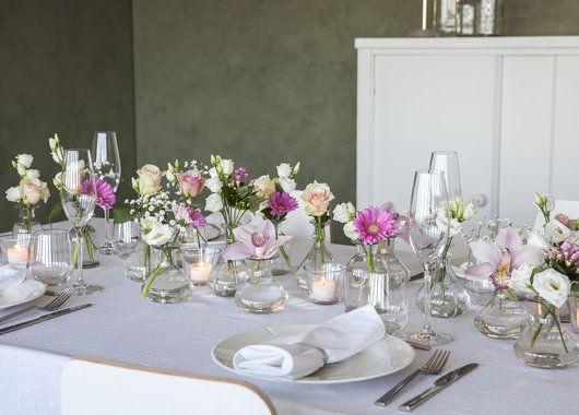 Pynt bordet med mange små Dalebekken vaser med ulike snittblomster.