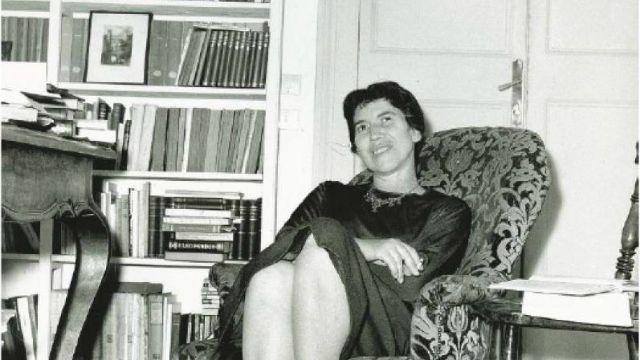 """Interviste alla scrittrice di Elisabetta Mondello (1988) e Marino Sinibaldi (1990). Letture di Anna Bonaiuto. L'attrice Adriana Asti nella commedia """"Ti ho sposato per allegria"""" (1967)."""