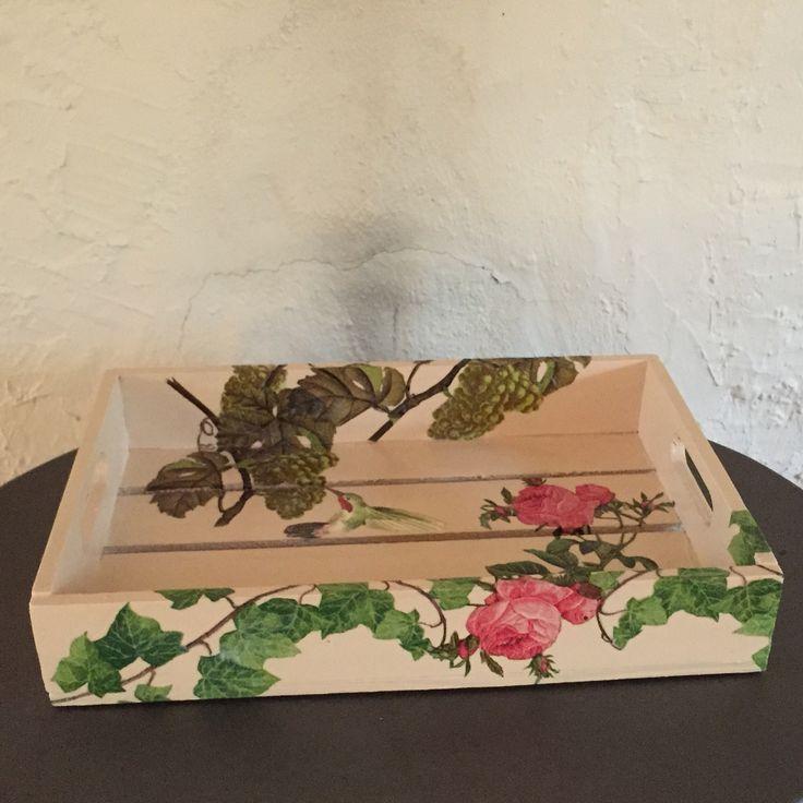 Liten serveringsbricka fick bli en vinranka med rosor vilket man alltid planerar Karin rankans stam för att undvika ohyra