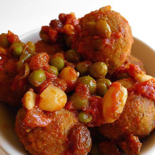 Polpette con salsa al pomodoro, piselli, mandorle e uvetta (al profumo di origano, timo e cannella)