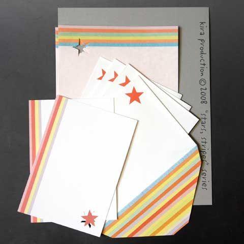 レターセット「スターズ、ストライプス」 ピンク 【kiraオリジナル】  【セットの構成】  ー 封筒 (11,3cm X 16,3cm): 4 ー 便箋 (22cm X 14,8cm):  4 ー カード(10cm X 14,8cm):  2  このテーマでは、楽しいカラーのストライプと様々な方法で「料理」した星を組み合わせてみました。 「スターズ&ストライプス」といえば、アメリカ合衆国の国旗、「星条旗」を意味しますよね。でも、このシリーズの名前は、「スターズ、ストライプス」であり、アメリカとは余り関係がありません。じぁあ、何と関係があるのかといいますと、大分昔から作っているコラージュなのです。色々なカラーの同じ高さの紙を3mmとか4mm位、徐々に幅を縮めていって右揃えで張り合わせてゆくと「ストライプ」ができます。そして星は、かなり以前に「具象」から「抽象」に移行した時、誰にでもすぐにそれと分かるシンボルを一つだけ「お土産」に持ってゆきたいと思い、選びました。 何故なら、5本の枝が全て外側に向かって伸びている星の形が好きだからです。