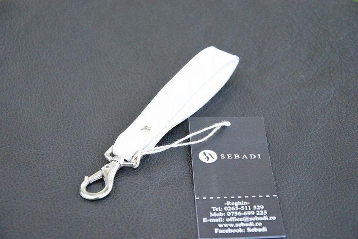 Breloc din piele naturala 2 -alb zapada -catarama metalica argintie -dimensiuni: L=11cm l=1,8cm  PRET: 15 Lei