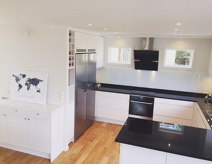 Här har vi rivit och byggt nya väggar satt in nya fönster mm för att få till kök och övrig yta.  #kök #inredning #astebergmobler #stefanasteberg #göteborg #kitchen #design #ritning #interior #furniture #sweden #garderob #platsbyggt #hantverk #snickeri #bokhylla #belysning #bord #möbler #rum  #stenbänk #rostfribänk #kommod  #badrum by asteberg_mobler_inredning