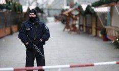 Policial faz patrulha em mercado de Natal após ataque que colocou alemães em alerta Foto: HANNIBAL HANSCHKE / REUTERS
