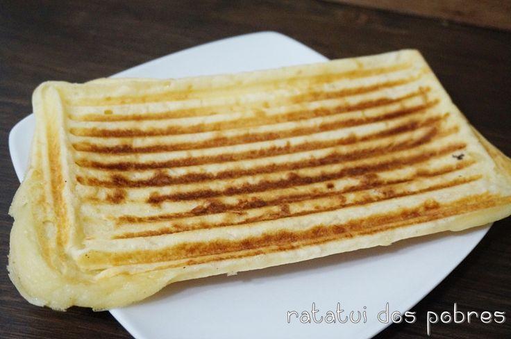 Andava curiosa com este pão de queijo. Vi em vários sites, acabei por adaptar uma receita. O queijo que utilizam nesta receita é o parmesão, confesso que não me encheu as medidas… Mas pensand…