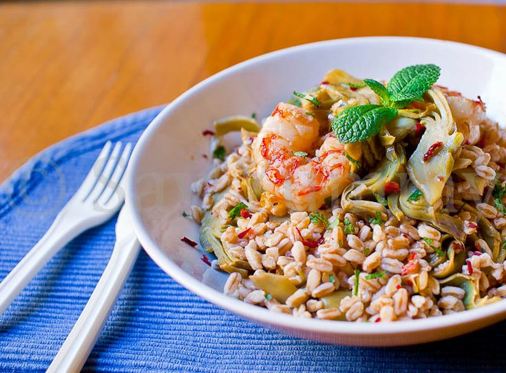 Fresh spelt salad with shrimps and artchokes
