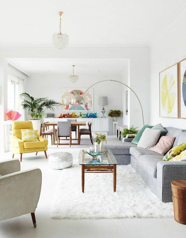 Décoration scandinave petite table en bois et verre fauteuil jaune sofa gris avec