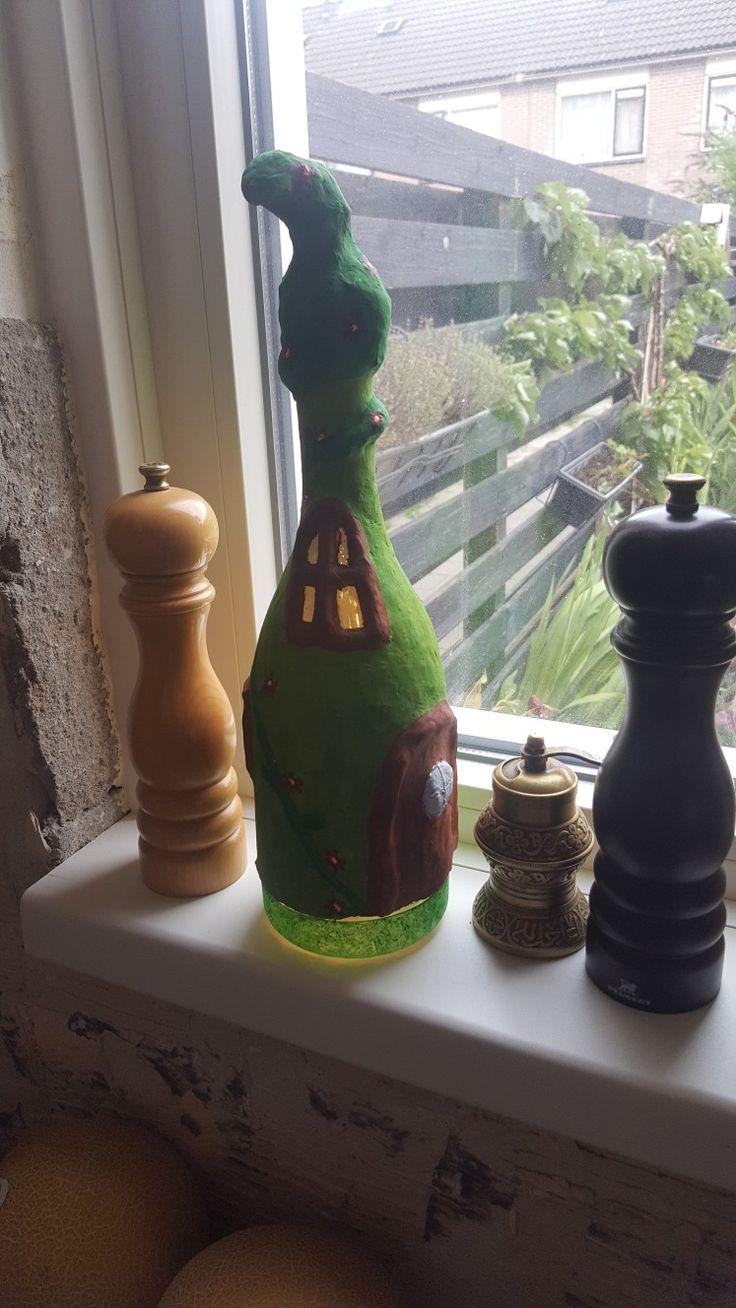 Fairyhouse lamp. Van een fles en klei met led-lichtslang erin.