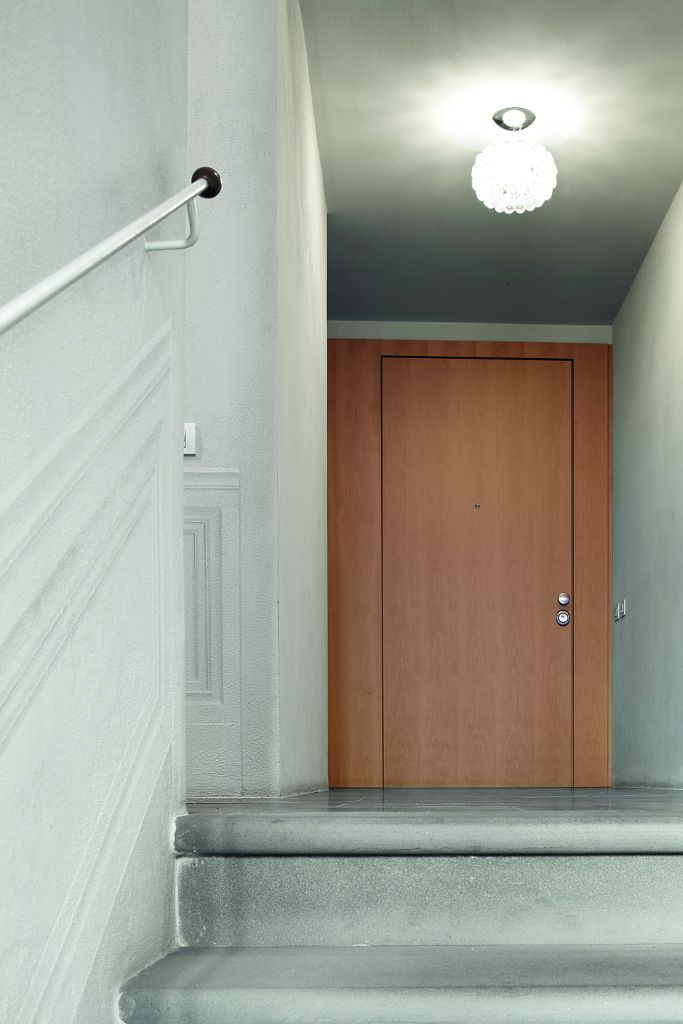 Evolution door by Oikos Venezia with single panel.