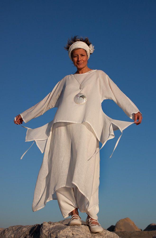 Harembroek + lange jurk zonder mouwen van dunne stof + korte top met extra zijstukken.