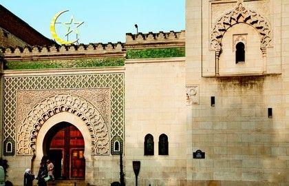 La Mosquée de Paris, construite entre 1922 et 1926, est située dans le Quartier latin, à deux pas du Museum d'Histoire Naturelle de Paris. De style hispano-mauresque, elle est dominée par son minaret de 33 mètres de hauteur. Inspiré de l'Alhambra de Grenade, le patio est entouré d'arcades sculptées. La salle des prières est une étape obligatoire de la visite pour sa décoration et ses magnifiques tapis. La Mosquée de Paris est aussi un lieu de détente avec son hammam, son restaurant, son…