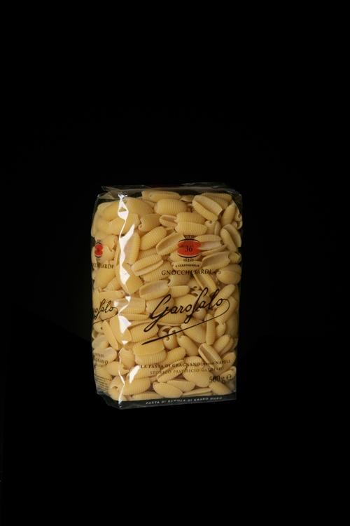 Gnocchi Sardi è un formato di Pasta Corta di Pasta Garofalo. Gli gnocchi sardi, in Sardegna conosciuti come malloreddus, sono senz'altro la più classica delle paste sarde. Hanno la forma di conchiglie rigate lunghe da circa 2 cm in su, e son fatti di farina di semola e acqua. Si mangiano con varie salse.  Scopri gli altri formati su: www.pastagarofalo.it