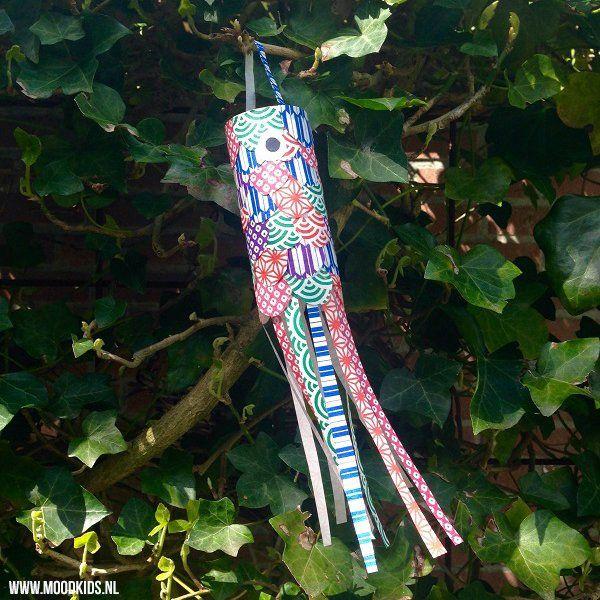 Ken je de karper vliegers? Of eigenlijk zijn het Japanse karpervlaggen. Je kunt ze kant-en-klaar kopen, maar natuurlijk ook erg leuk om zelf te maken.