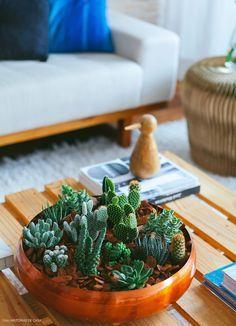 Aprenda a fazer um lindo arranjo com cactos e suculentas em um bowl de cobre.