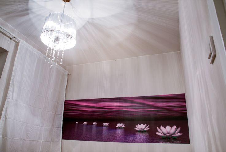 Kolorowa fototapeta umieszczona w centralnym miejscu w sypialni.