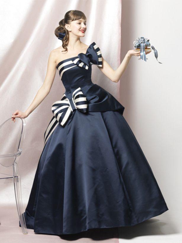 エマリーエ(EMarie) 乙女心をくすぐる、かわいくてスタイリッシュな紺白ストライプのイブニングドレス。
