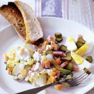 Heerlijk! Ik vervang de dressing door halfvolle mayo met een uitgeperste sinasappel en shoarma kruiden. Verder voeg ik nog wat gebakken kipfilet, gemarineerd in shoarma kruiden en een paar stengels bleekselderij toe. Mmmmmmm