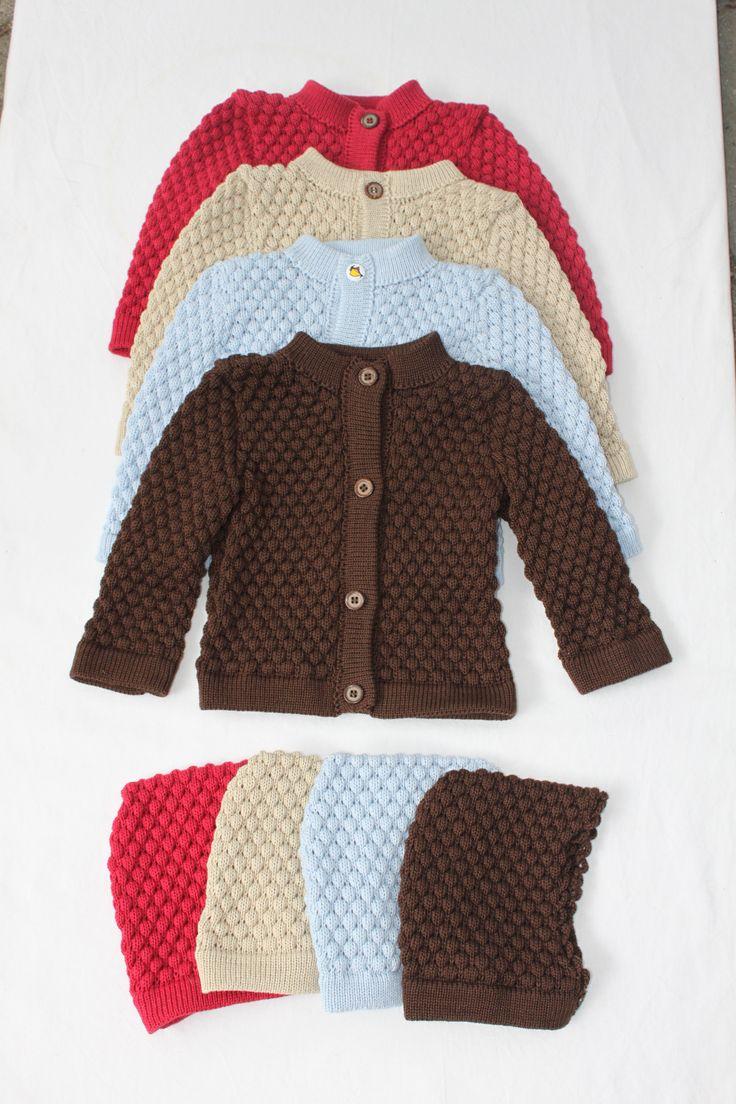 Lækre baby sæt str 6 md Bestående af huer og cardigan Med boble mønster Strikket i bomuld Pris pr sæt 375 kr excl porto