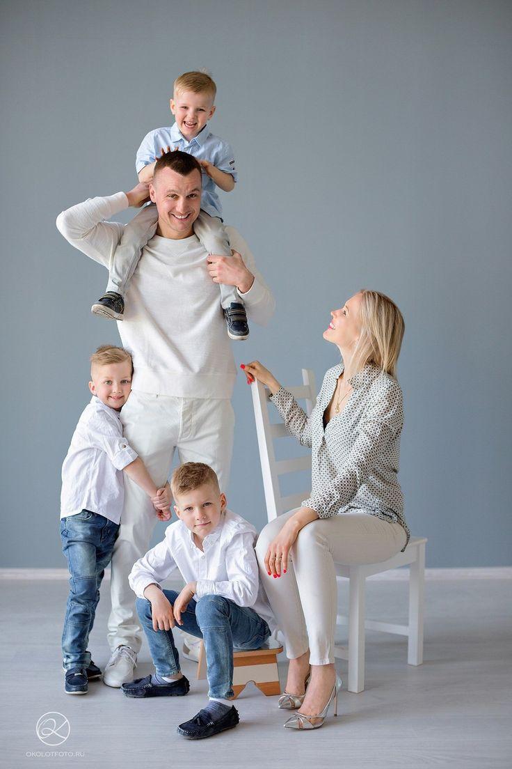 Фотосессия семья в студии позы