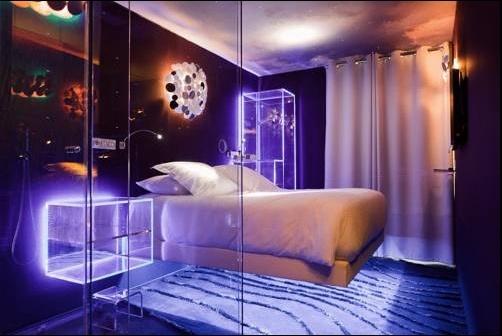 Hotel Le Seven, de diseño súper moderno en París, decorado con fibra óptica y hasta con control de fragancias.  http://www.guias.travel/ver/?hotel%2Ffr%2Fseven.es.html