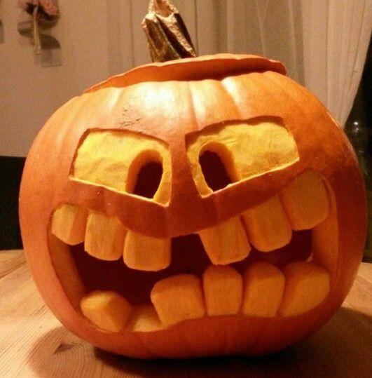 Halloween Kürbis selbst gemacht. Einfach aushöhlen und nach belieben ein Gesicht schnitzen  Pumpkin ; halloween Deko