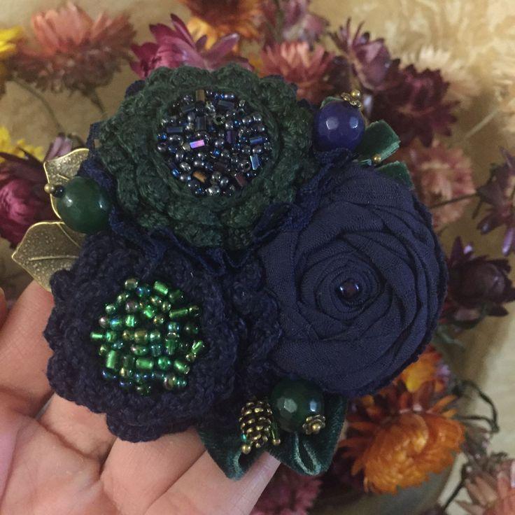 """Купить Вязано-текстильная брошь """"На берегах лесной реки"""" - синий, зеленый, изумрудный"""