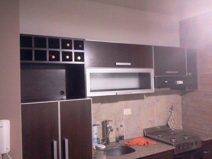 Amoblamiento de cocina superior. Melamina Roble Moro Tapacanto de aluminio anodizado. Puerta marco aluminio + vidrio difuso